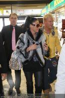 Katie Price - Flughafen Ankunft - Mi 10.02.2010 - 40