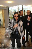 Katie Price - Flughafen Ankunft - Mi 10.02.2010 - 41