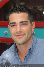 Jesse Metcalfe - Lugner City - Sa 20.08.2011 - 2