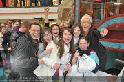 Autogrammstunde - Lugner City - Mi 15.02.2012 - 32