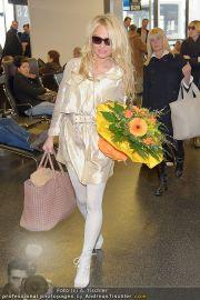 Pamela Anderson - Flughafen Wien - So 04.03.2012 - 14