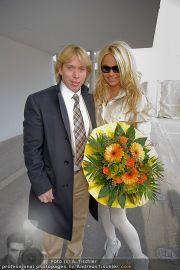 Pamela Anderson - Flughafen Wien - So 04.03.2012 - 17