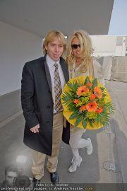 Pamela Anderson - Flughafen Wien - So 04.03.2012 - 18