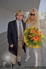 Pamela Anderson - Flughafen Wien - So 04.03.2012 - 21
