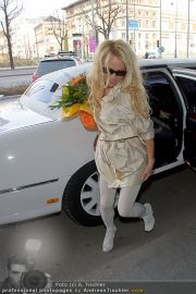 Pamela Anderson - Flughafen Wien - So 04.03.2012 - 23