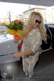 Pamela Anderson - Flughafen Wien - So 04.03.2012 - 24