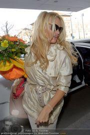 Pamela Anderson - Flughafen Wien - So 04.03.2012 - 25