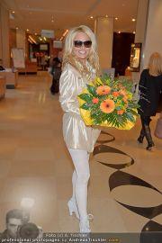Pamela Anderson - Flughafen Wien - So 04.03.2012 - 28