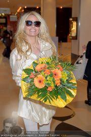 Pamela Anderson - Flughafen Wien - So 04.03.2012 - 32
