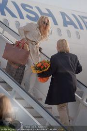 Pamela Anderson - Flughafen Wien - So 04.03.2012 - 7