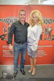 Pamela Anderson - Lugner City - Mo 05.03.2012 - 10