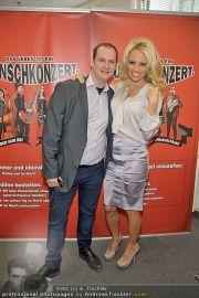 Pamela Anderson - Lugner City - Mo 05.03.2012 - 12