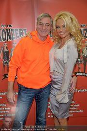 Pamela Anderson - Lugner City - Mo 05.03.2012 - 13