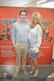 Pamela Anderson - Lugner City - Mo 05.03.2012 - 14
