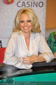 Pamela Anderson - Lugner City - Mo 05.03.2012 - 15