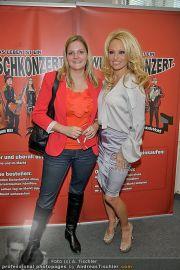 Pamela Anderson - Lugner City - Mo 05.03.2012 - 16