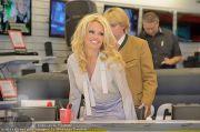 Pamela Anderson - Lugner City - Mo 05.03.2012 - 18