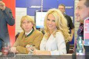 Pamela Anderson - Lugner City - Mo 05.03.2012 - 20