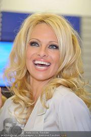 Pamela Anderson - Lugner City - Mo 05.03.2012 - 22