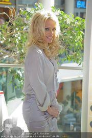 Pamela Anderson - Lugner City - Mo 05.03.2012 - 24