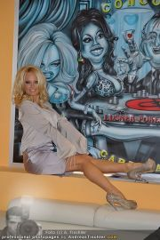 Pamela Anderson - Lugner City - Mo 05.03.2012 - 27