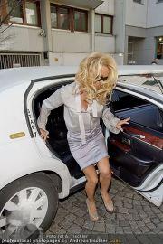 Pamela Anderson - Lugner City - Mo 05.03.2012 - 41