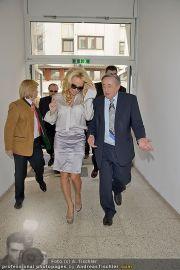 Pamela Anderson - Lugner City - Mo 05.03.2012 - 45