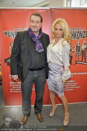 Pamela Anderson - Lugner City - Mo 05.03.2012 - 47