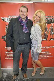 Pamela Anderson - Lugner City - Mo 05.03.2012 - 48