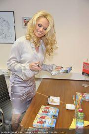 Pamela Anderson - Lugner City - Mo 05.03.2012 - 49