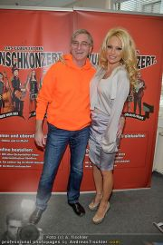 Pamela Anderson - Lugner City - Mo 05.03.2012 - 51