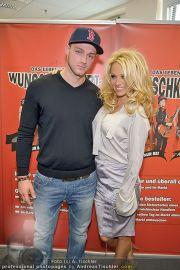 Pamela Anderson - Lugner City - Mo 05.03.2012 - 53