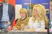 Pamela Anderson - Lugner City - Mo 05.03.2012 - 62