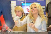 Pamela Anderson - Lugner City - Mo 05.03.2012 - 63