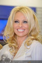 Pamela Anderson - Lugner City - Mo 05.03.2012 - 65