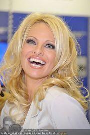 Pamela Anderson - Lugner City - Mo 05.03.2012 - 66