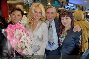 Pamela Anderson - Lugner City - Mo 05.03.2012 - 77
