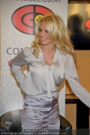 Pamela Anderson - Lugner City - Mo 05.03.2012 - 78