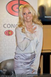 Pamela Anderson - Lugner City - Mo 05.03.2012 - 79