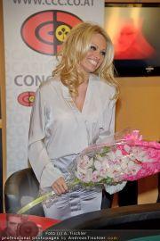 Pamela Anderson - Lugner City - Mo 05.03.2012 - 80