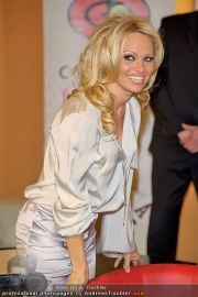 Pamela Anderson - Lugner City - Mo 05.03.2012 - 82