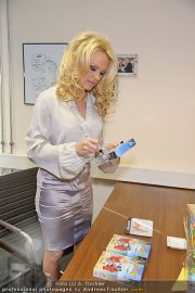 Pamela Anderson - Lugner City - Mo 05.03.2012 - 9
