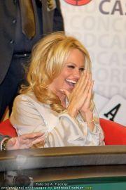 Pamela Anderson - Lugner City - Mo 05.03.2012 - 97