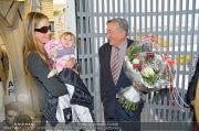 Mira Sorvino Ankunft - Flughafen - Di 05.02.2013 - 11