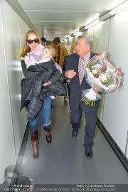 Mira Sorvino Ankunft - Flughafen - Di 05.02.2013 - 12