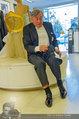 Lugner Ballkleid Anprobe - Modehaus prominent - Di 18.02.2014 - Richard LUGNER im Frack14