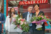 PK und Autogrammstunde - Lugner City - Do 27.02.2014 - Kim KARDASHIAN, Kris JENNER20