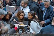 PK und Autogrammstunde - Lugner City - Do 27.02.2014 - Kim KARDASHIAN gibt Autogramme42