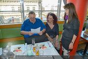 Ottfried Fischer isst Sushi - Lugner City - Fr 14.03.2014 - Ottfried FISCHER, Jie LII, Christina LUGNER8