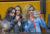 Russell Brand Vortrag - UNO City - Di 18.03.2014 - G�ste Fans machen Handyfotos16